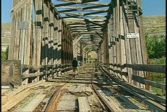 Pyöräilijän combi silta - rautatie ja maantie 1920 Arkistovideo