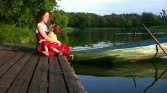 Äiti tyttö lampi ja veneen Arkistovideo