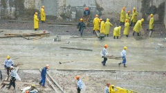 Workers under rain Stock Footage