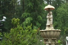 Couple statue with unbrella in rain Stock Footage