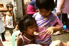 Poor Girl Feeding Her Sister Hayan, yolanda tacloban Philippines Stock Footage