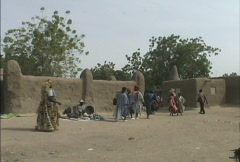 Leaving the Djenne market Stock Footage
