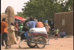Djenne market crowds Stock Footage