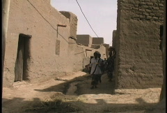 Djenne street with people Stock Footage