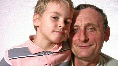 Isoisä kanssa pojanpoika kasvot Arkistovideo