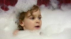Pikkutyttö puhuu kylpy vaahto pään Arkistovideo