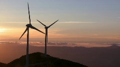 Tuulivoimala auringonlaskun Arkistovideo