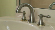 Hand open and close faucet Stock Footage