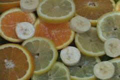 Vesi tippuu viipaletta sitruunoita, appelsiineja ja banaaneja. Arkistovideo