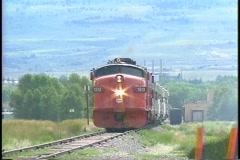 Pan-jätti laukaus dieselmoottori vetää matkustajajuna kautta Arkistovideo