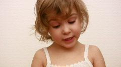 Pieni tyttö näyttää alaspäin ja taling tarina Arkistovideo