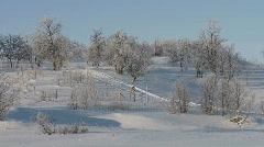 Moottorikelkka ajaa alas lumiset mäkeä Arkistovideo