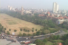 Traffic moves toward downtown Bombay, India. Stock Footage