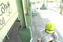 Tracking laukaus urakoitsijan kävely työmaalla. Arkistovideo