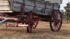 Katettu vaunu, jossa on pyörien maalattu punainen Arkistovideo