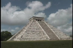El Castillo Pyramid belongs to the Chichen Itza ruins in Mexico. Stock Footage