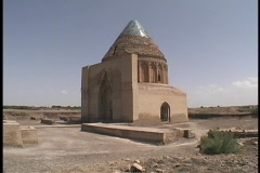 The Seljuk Tomb adorns the desert in Turkmenistan. Stock Footage