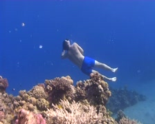 Free diver rising to surface Stock Footage