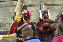 Cajun Mardi Gras maskers & crowd Stock Footage