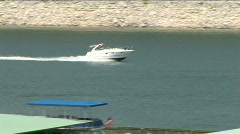 Yacht goes right lake travis med Stock Footage