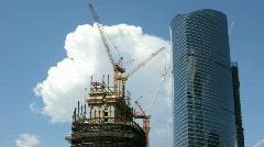 Rakentaminen moderni pilvenpiirtäjä taivas taustalla Arkistovideo