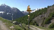 Hiker trail sign zoom in Stock Footage