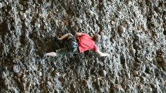 Rock kiipeilijä mies lähellä pystysuoraa P HD 3534 Arkistovideo
