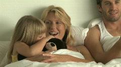 MS Pan perhe katsomassa TV sängyssä Arkistovideo