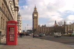 London traffic passes by Big Ben and the Parliament building. Stock Footage