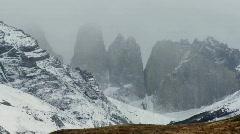 Majesteettinen vuorenhuippuja Torres Del Paine Argentiinassa. Arkistovideo