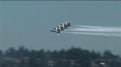 Neljä Blue Angels suihkukoneet lentää muodostelmassa. Arkistovideo