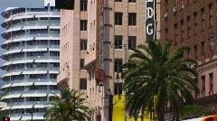Tuuli puhaltaa palmuja Hollywoodissa. Arkistovideo