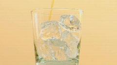Alkoholi on kaadetaan lasiin jäillä. Arkistovideo