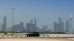Musta jeeppi rajan Dubain horisonttiin Arkistovideo