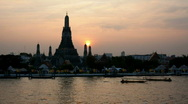 Timelapse of sunset and dusk at Wat Arun in Bangkok, Thailand Stock Footage