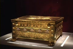 Gold Casket & wreath/crown from the tomb of Phillip II at Vergina, Greece Stock Footage