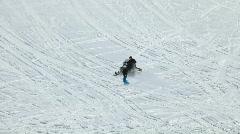 Moottorikelkan vetämällä hiihtäjä ylös vuorelle P HD 6664 Arkistovideo