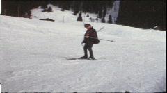 Boy hiihto alamäkeen (vintage 8 mm amatööri elokuva) Arkistovideo