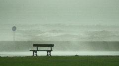 Valtava aallot rikkovat yli aallonmurtajalle 1 Arkistovideo