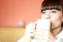 Nuori nainen bahtrobe juomassa teetä Arkistovideo