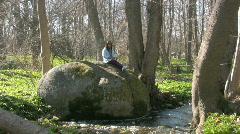 Aasian tyttö keväällä metsässä Arkistovideo