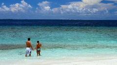 Romanttinen pari lepäävät Malediivit merenranta Arkistovideo
