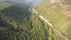 Antenni, lento yli metsän ja valtatie Arkistovideo