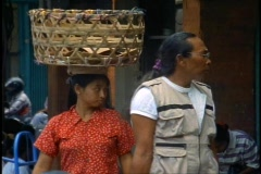 Bali market, lady with basket on head, close-up Stock Footage