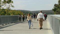 Ihmiset kävely yli kävelytie yli Hudson Bridge Poughkeepsie Arkistovideo