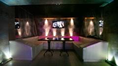 Lounge-alue joillakin yökerho, jossa yksi pöytä ja nahkasohva Arkistovideo