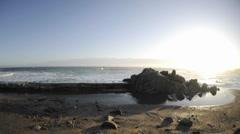 Viivästys aallot rikkovat yli aallonmurtaja Pacific Grove Marine Garden Park Arkistovideo
