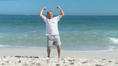 Elderly man doing strength exercices Stock Footage