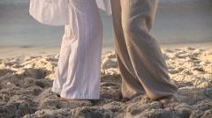 Vanhempi pariskunta tanssimaan yhdessä Arkistovideo