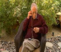 Vanhukset mies antaa oivan nappikuulokkeet Wide Arkistovideo